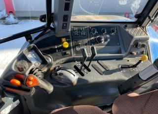 New Holland TM150 con eje delantero supersteer, cabina suspendida, ruedas en muy buen estado, con cambio powershift de 18 velocidades, 4 distribuidores traseros, cabina climatizada, asiento de acompañante, invesror hidraulico.