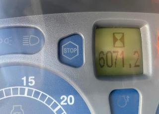 New Holland T7060 con suspension delantera, suspension en cabina, tripuntal delantero con toma de fuerza, 4 distribuidores electrohidraulicos y joystick, pantalla en barra de accesorios, ruedas buenas, con enganche de 3 categorias,